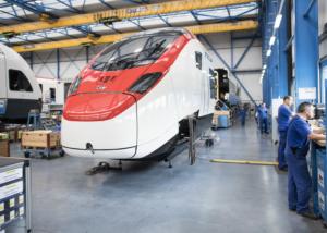 """Blick in die Produktion des neuen """"EC 250 Giruno"""" der Stadler Rail Group, anlaesslich der Jahresmedienkonferenz am Montag, 13. Juni 2016 in Bussnang. Der Schienenfahrzeughersteller Stadler Rail hat im vergangenen Jahr die Folgen des Frankenschocks gespuert. Der Auftragseingang lag mit 2,1 Milliarden Franken tiefer als in den Vorjahren, war aber laut dem Unternehmen immer noch gut. (KEYSTONE/Ennio Leanza)"""