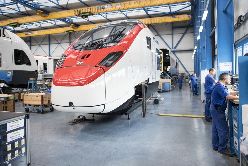 """Blick in die Produktion des neuen """"EC 250 Giruno"""" der Stadler Rail Group, anlässlich der Jahresmedienkonferenz am Montag, 13. Juni 2016 in Bussnang. (KEYSTONE/Ennio Leanza)"""